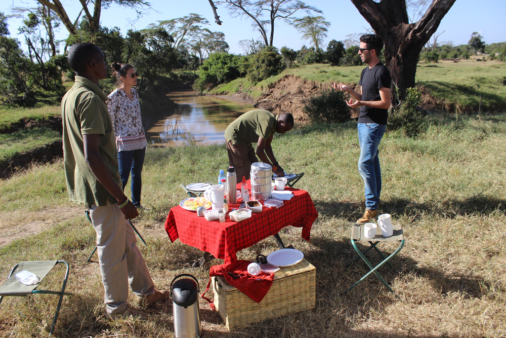 bush-breakfast-porini-rhino