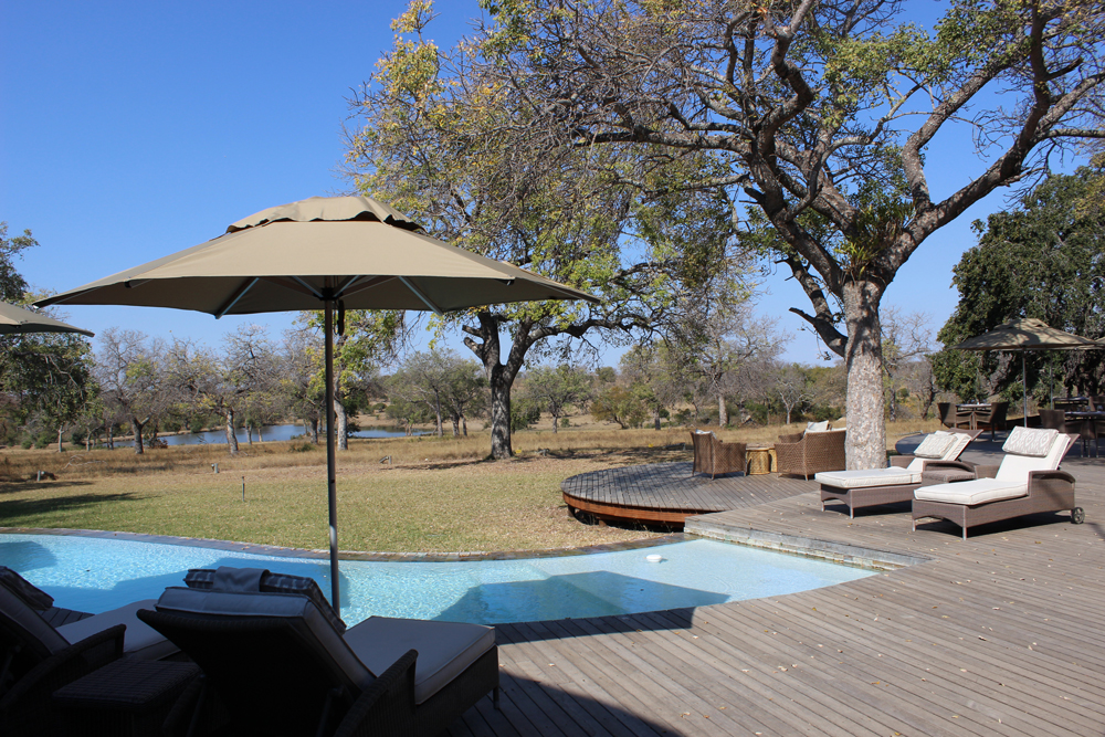 Relaxed pool deck vibes at Makanyi Lodge ©Simon Espley