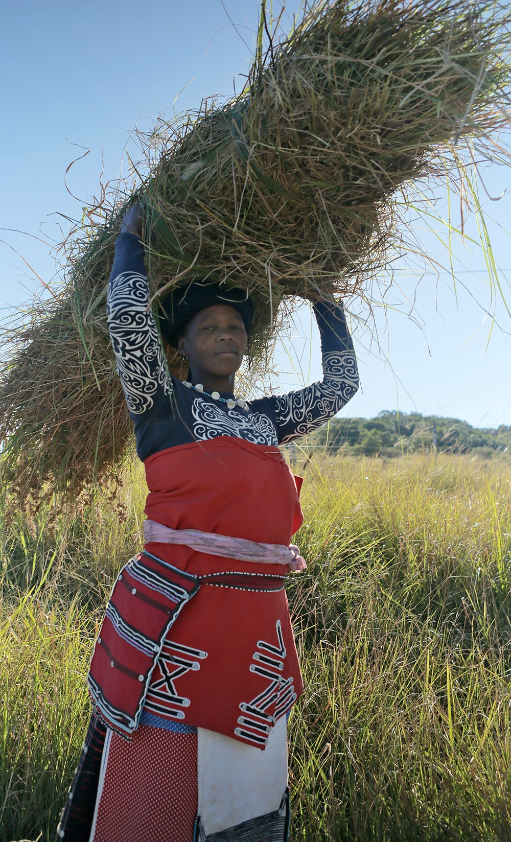 xhosa-woman-with-grass