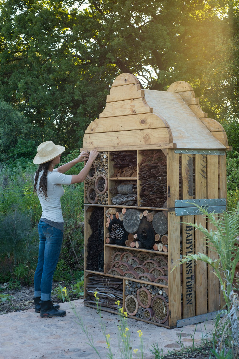 room-service-at-the-insect-hotel