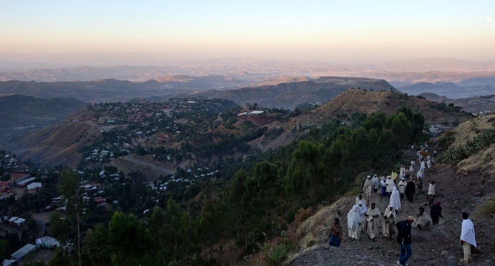 People walk early in the morning to the highest church in Lalibela ©Itay Chen